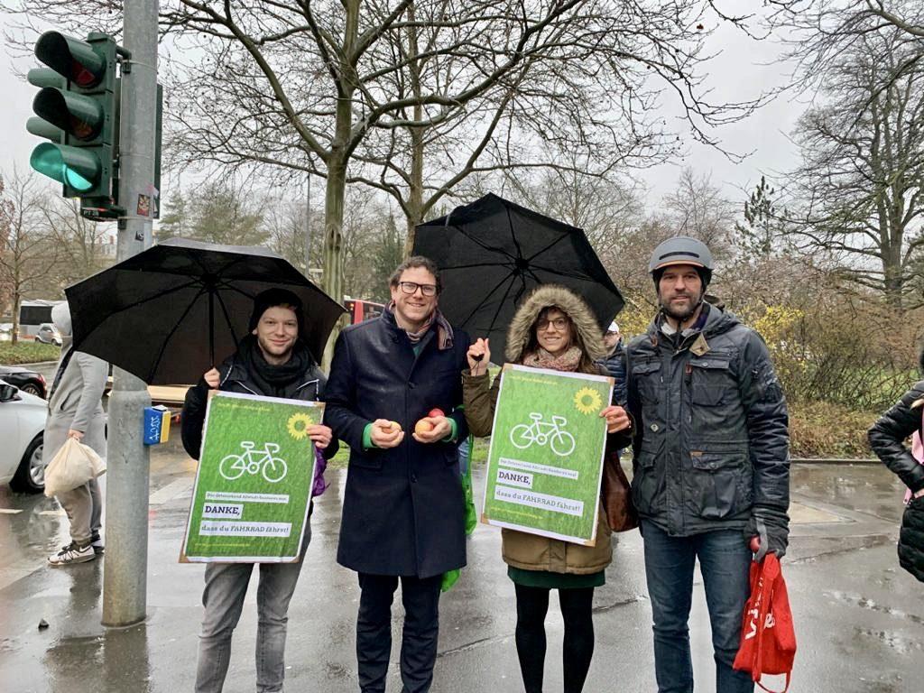"""Martin Heilig bei Aktion des OV Altstadt-Sanderau """"Äpfel als Dank fürs Radfahren"""""""