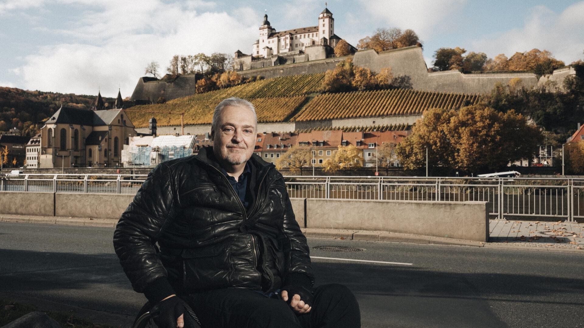 Michael Gerr vor Würzburger Marienburg